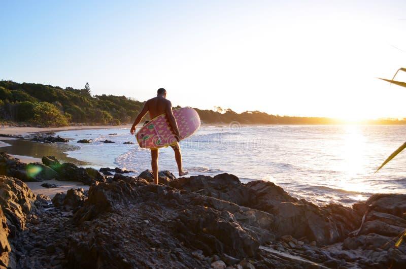 Surfare i Byron Bay royaltyfri foto