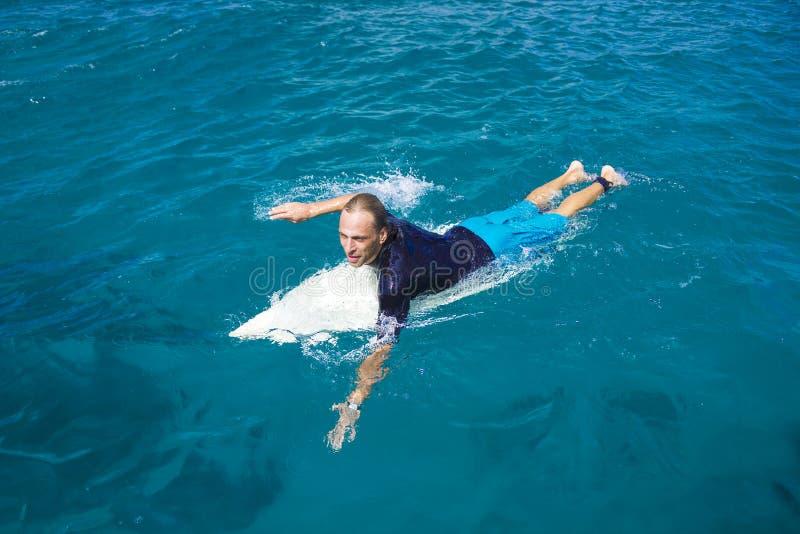 Surfare i fantastiskt blått vatten royaltyfria foton