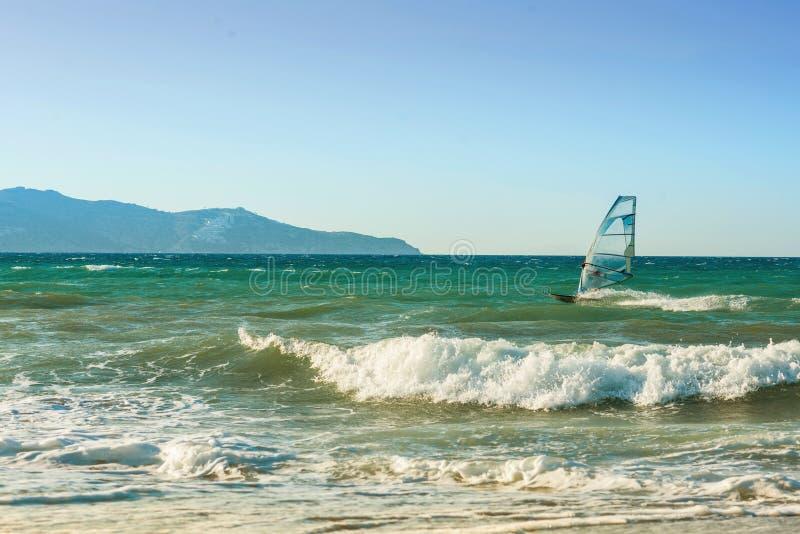 Surfare i havet på Kreta på solnedgång Vindsurfa i Heraklion royaltyfri foto