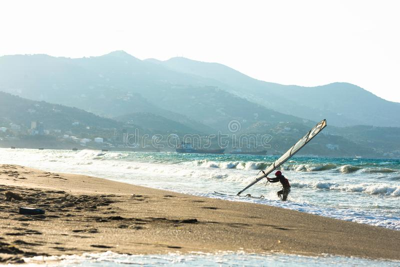 Surfare i havet på Kreta på solnedgång Vindsurfa i Heraklion Grekland arkivbilder