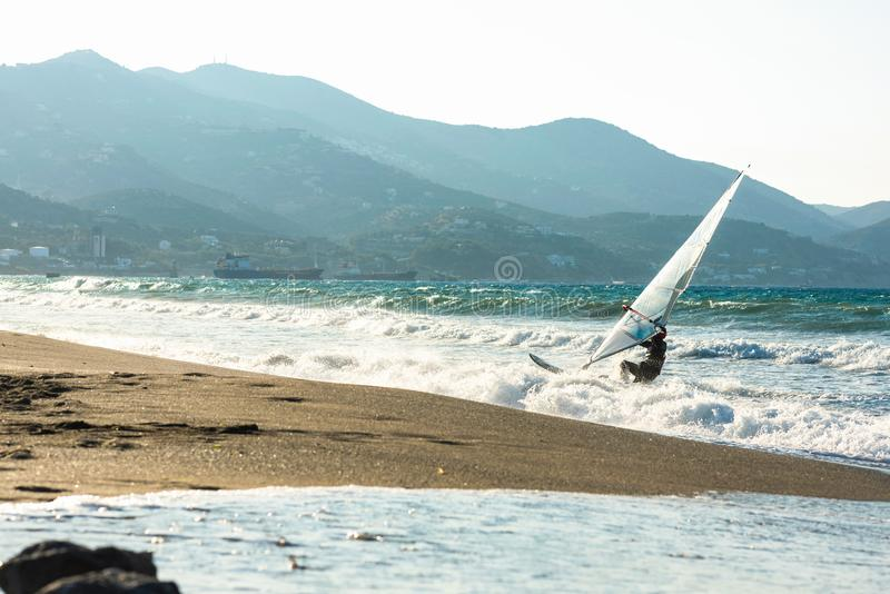 Surfare i havet på Kreta på solnedgång Vindsurfa i Heraklion Grekland arkivbild