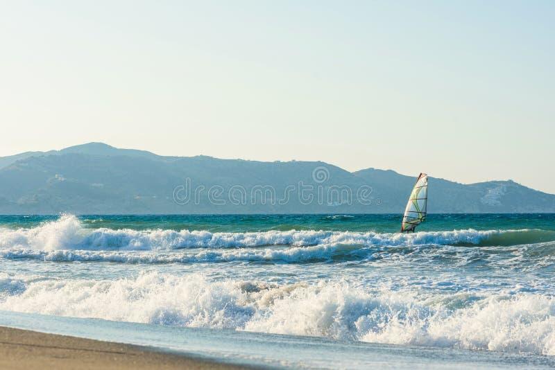 Surfare i havet på Kreta på solnedgång Vindsurfa i Heraklion Grekland royaltyfri foto