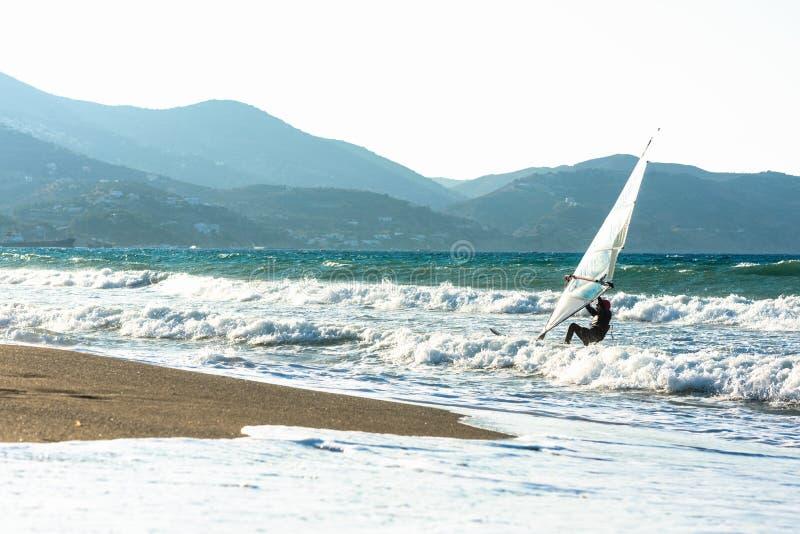 Surfare i havet på Kreta på solnedgång Vindsurfa i Heraklion Grekland royaltyfri fotografi