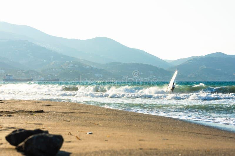 Surfare i havet på Kreta på solnedgång Vindsurfa i Heraklion Grekland royaltyfria bilder