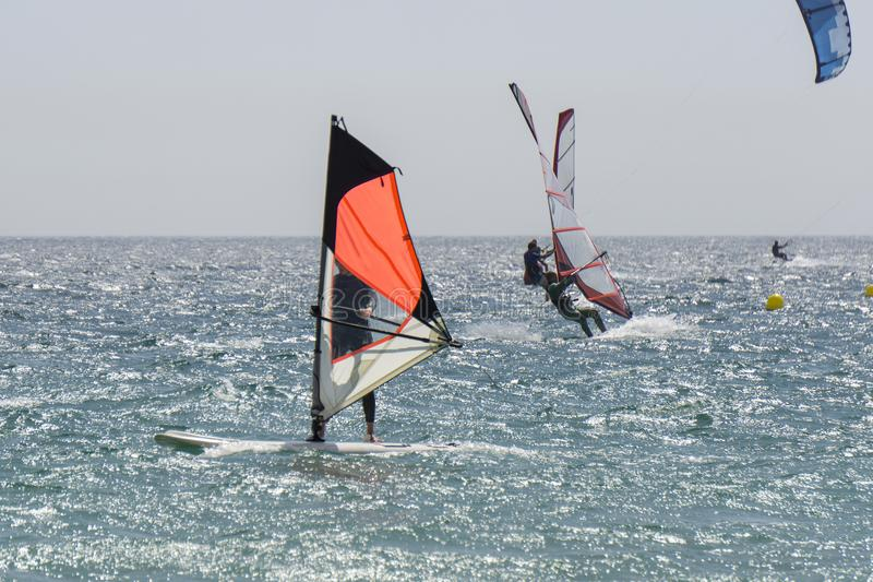 Surfare i sommaren på havet Tarifa spain royaltyfria foton