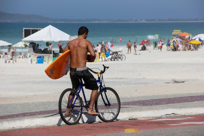Surfare på cykeln i solig dag royaltyfri bild