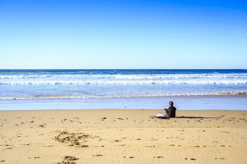 Surfare på den lösa stranden i västra Portugal arkivfoto
