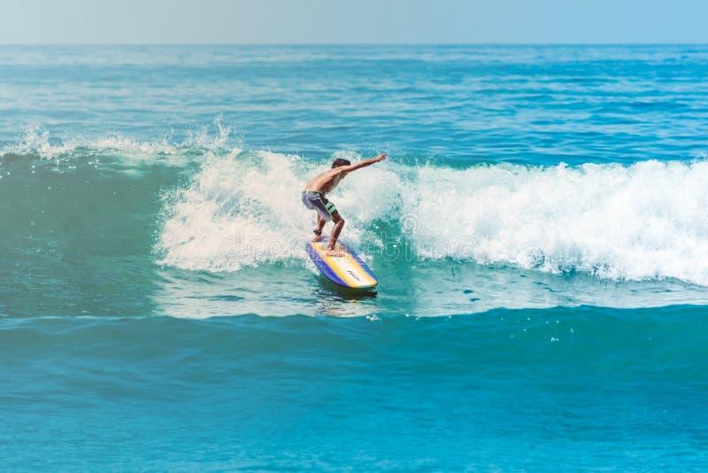 Surfare på den Sayulita Nayarit stranden arkivbilder