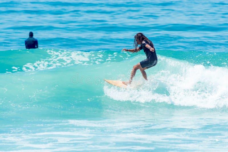 Surfare på den Sayulita Nayarit stranden royaltyfria foton