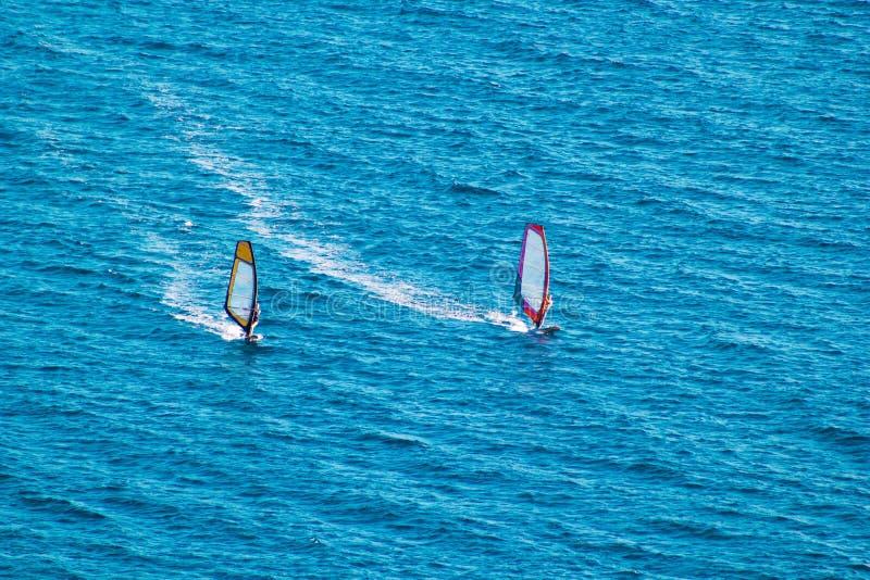 Surfare på det blåa havet arkivbild