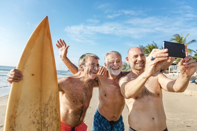 Surfare på en trevlig strand arkivfoton