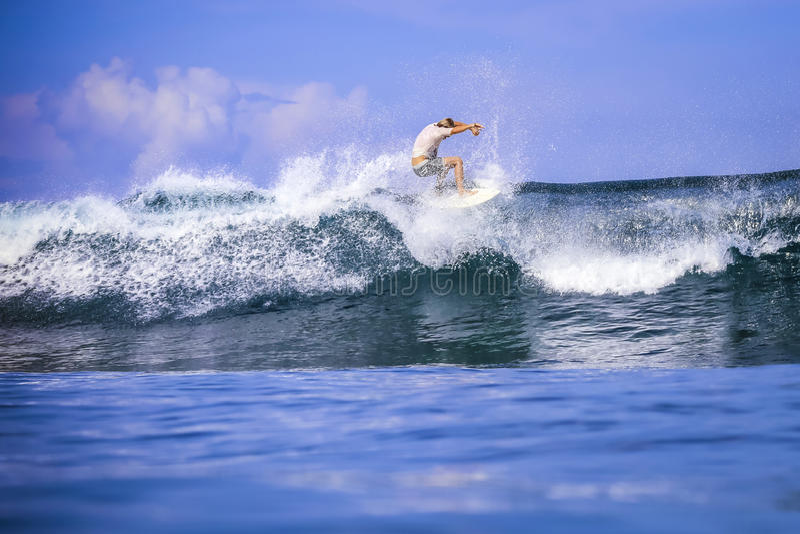 Surfare på fantastisk blåttvåg royaltyfri foto