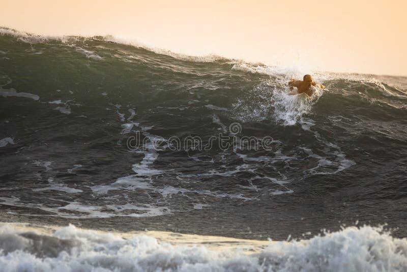 Surfare på stor havvåg i Bali royaltyfri fotografi