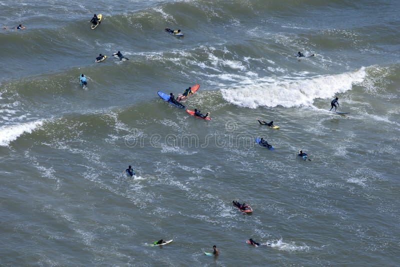 Surfare som fångar vågor i Stilla havet arkivbild