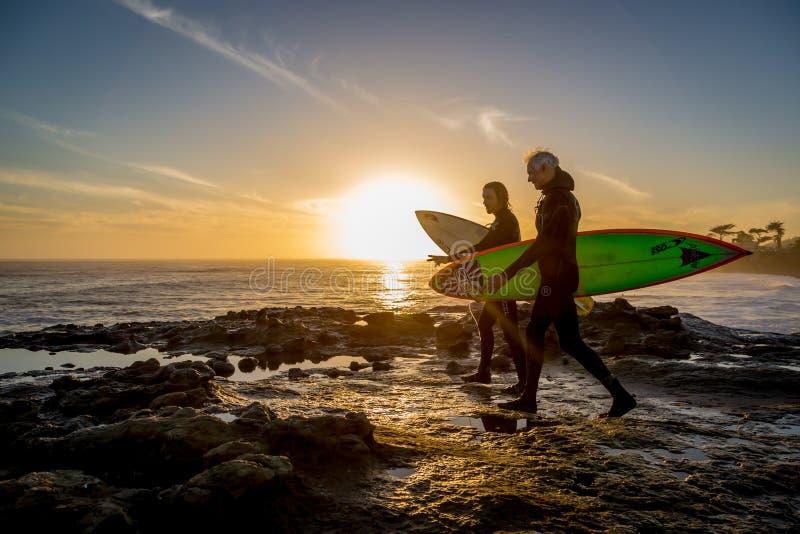 Surfare som får klar att surfa på kusten av Kalifornien royaltyfria bilder