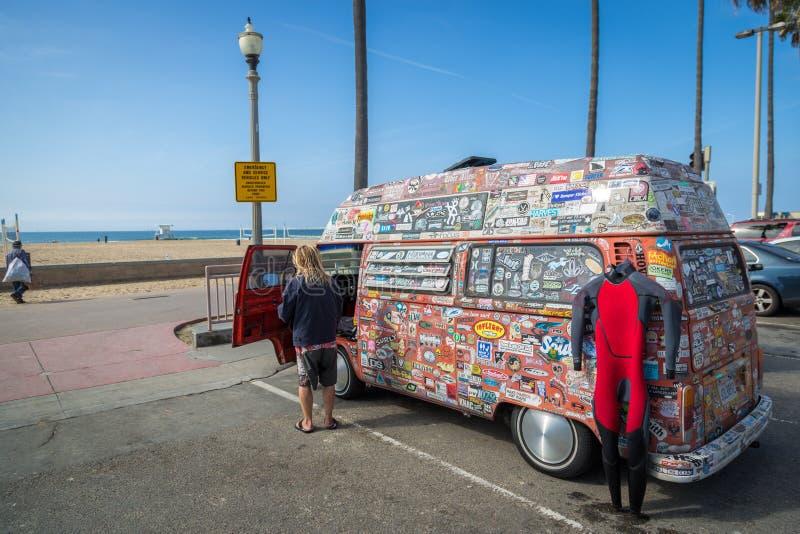 Surfare som får klar att surfa på kusten i en klar himmel för trevliga blått, Kalifornien royaltyfria bilder