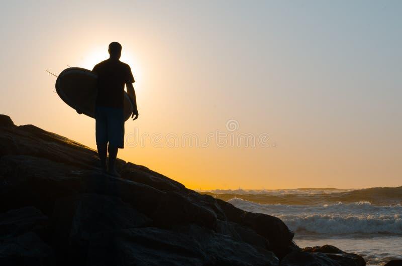 Surfare som håller ögonen på vågorna royaltyfri bild
