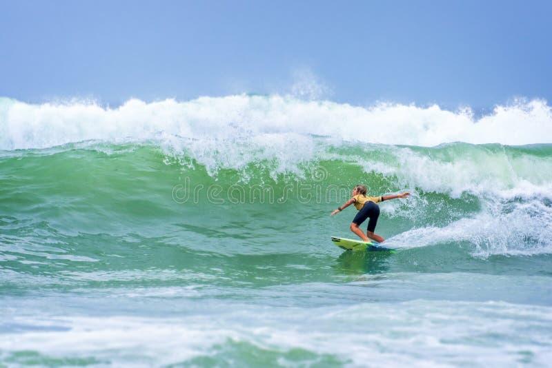 Surfare som rider en enorm våg under konkurrens för världsbränningliga i Lacanau Frankrike arkivfoton
