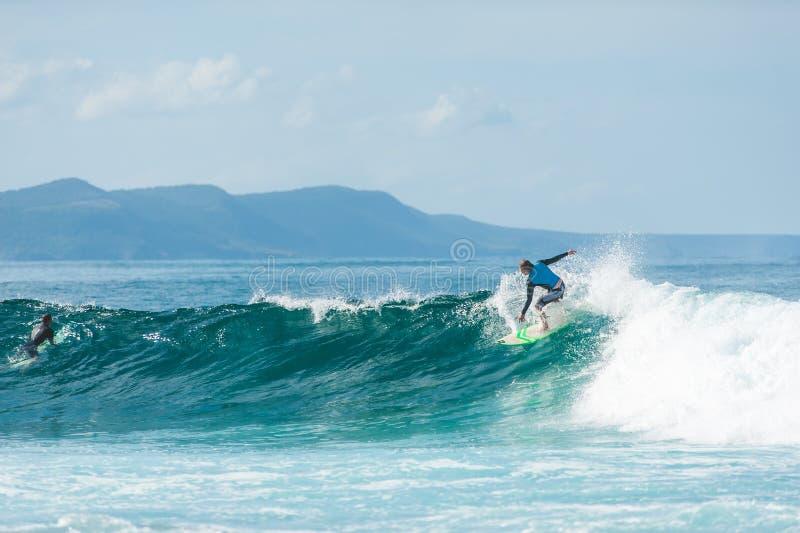 Surfare som rider havvågorna royaltyfria foton