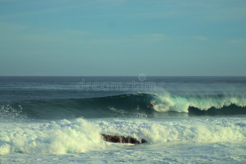 Surfare som rider trumman i en Puerto Rico Wave arkivfoton