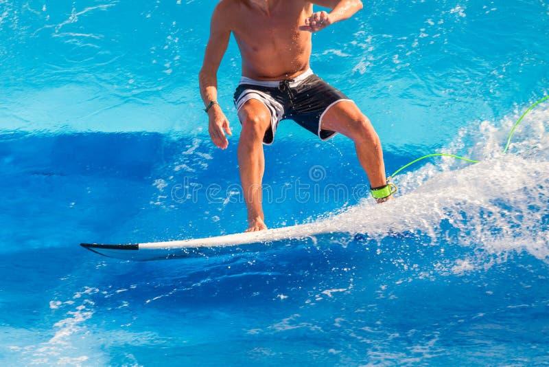 Surfare som rider vågorna royaltyfri foto