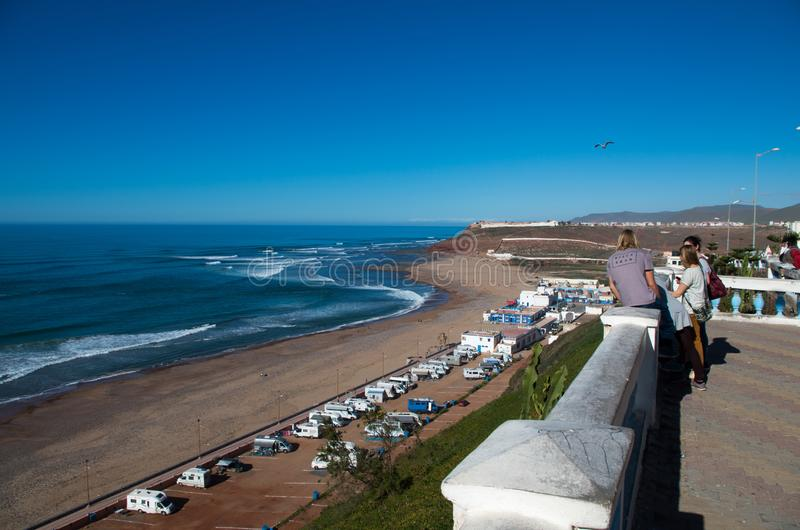 Surfare som ut kontrollerar vågorna i Februari 2018, Sidi Ifni, Marocko arkivfoto
