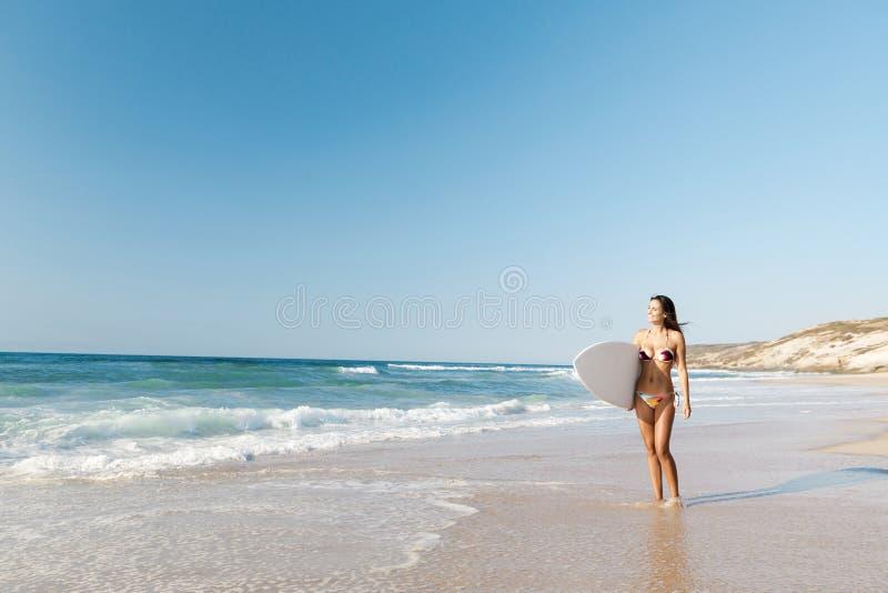 Download Surfareflicka Med Hennes Surfingbräda Fotografering för Bildbyråer - Bild av sunt, nätt: 37345571