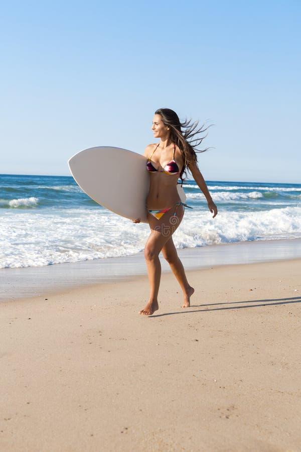 Download Surfareflicka på stranden fotografering för bildbyråer. Bild av sommar - 37344393