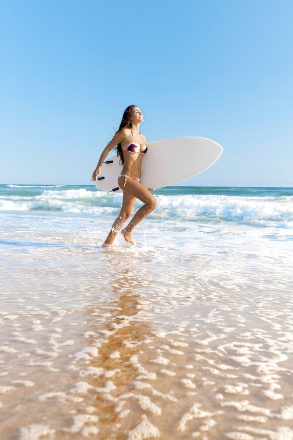 Download Surfareflicka på stranden fotografering för bildbyråer. Bild av leende - 37345619