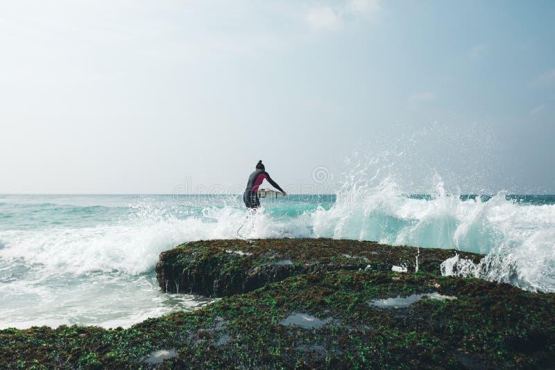 Surfarekvinna med surfingbrädan fotografering för bildbyråer