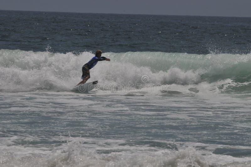 Surfaren chris avvärjer arkivfoto