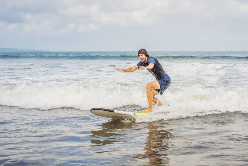 Surfaren på vågen, fångar en våg som surfar i röret Surfa i havet på ön av Bali, en mogen man, a arkivfoton