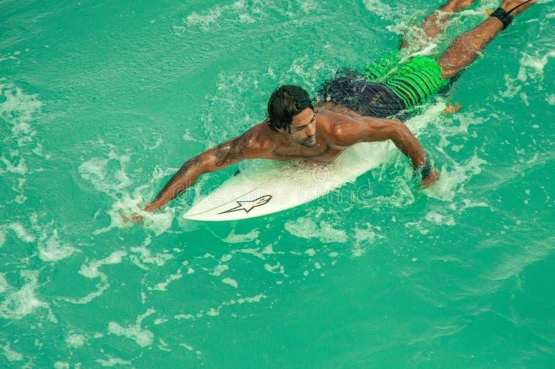 Surfaren simmar ombord fotografering för bildbyråer