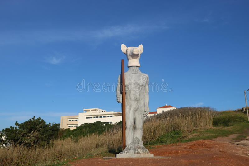 Surfareskulptur i Nazaré Portugal royaltyfri foto