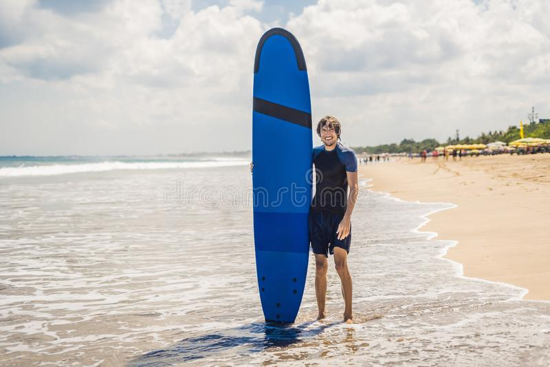 Surfboard нося человека над его головой Закройте вверх красивого парня w стоковая фотография rf