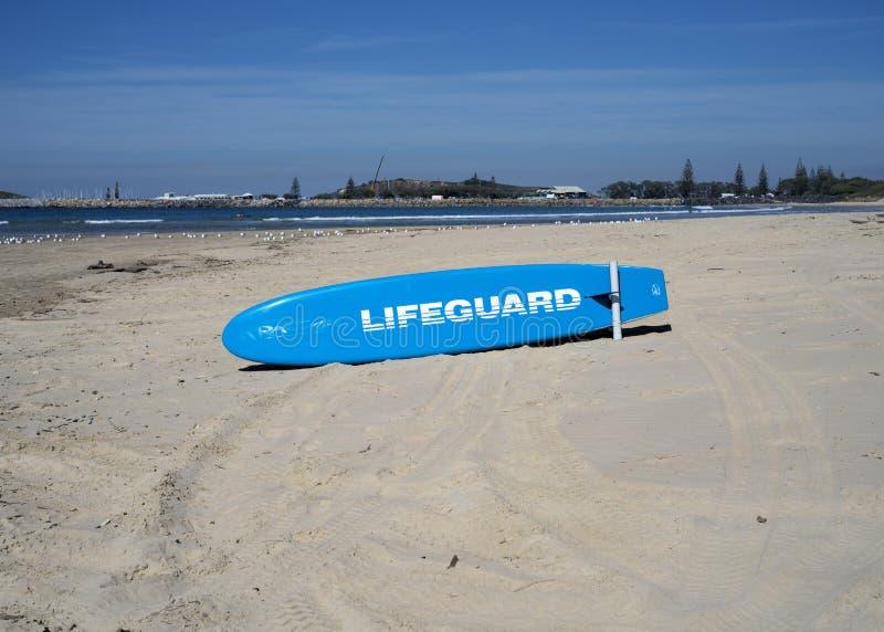 Surfboard dla lifegaurds przy plażową pobliską wodą morską fotografia stock