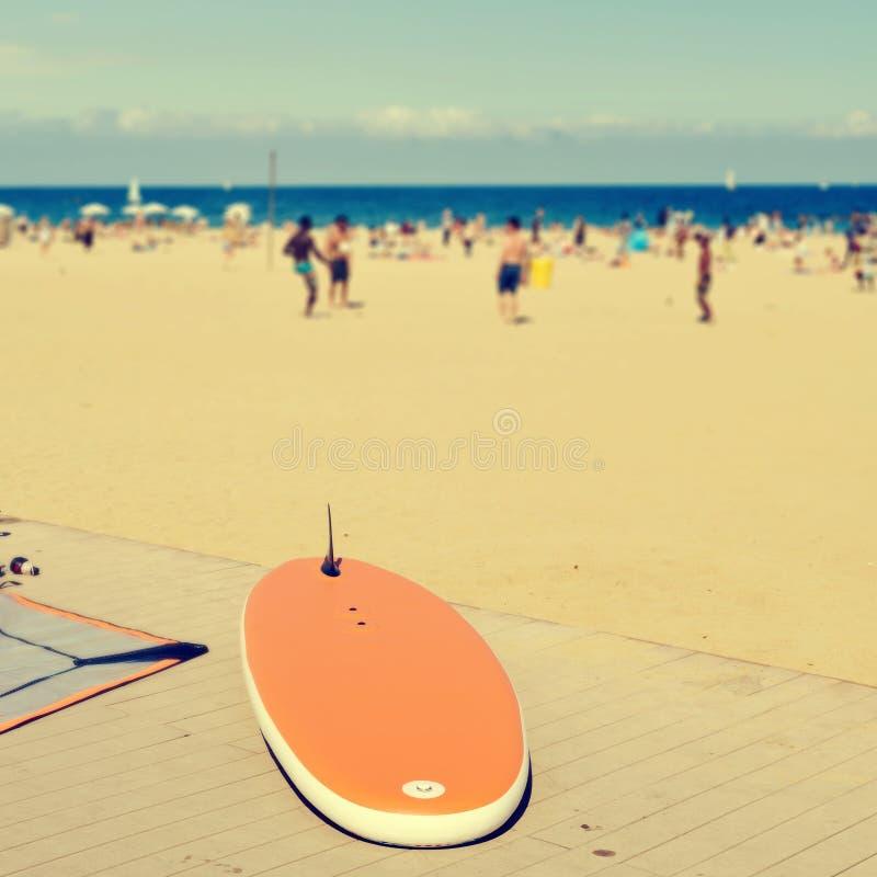 Surfboard przy losu angeles Barceloneta plażą w Barcelona, Hiszpania zdjęcie royalty free