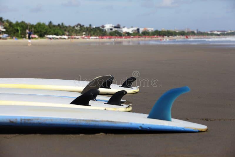 Download Surfboards przy plażą zdjęcie stock. Obraz złożonej z woda - 57674782