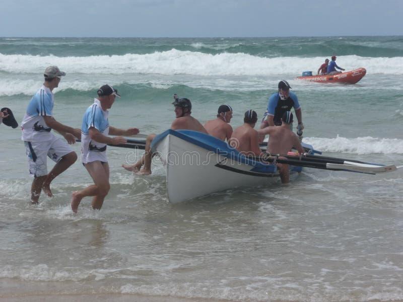 Surfboat attendant le chemin images libres de droits