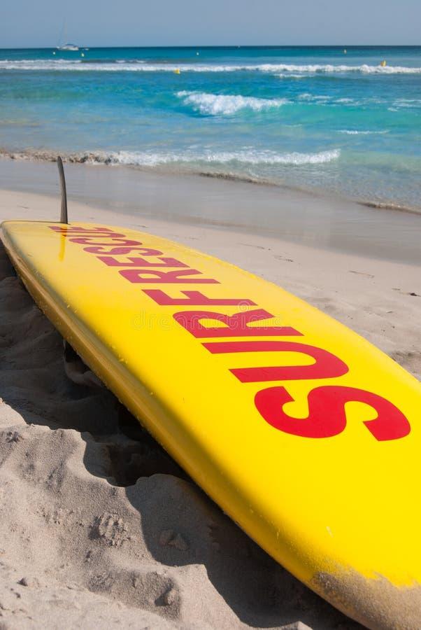 Surfbrett für Seenotrettung auf dem Sand lizenzfreie stockbilder