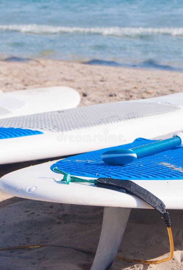 Surfbretter auf Küstenlinie des Sandes stockbild