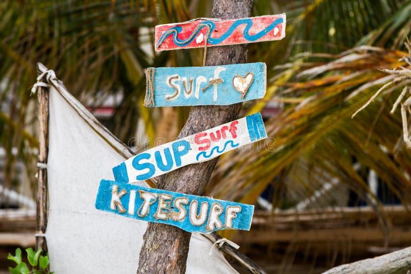 Surfe sinais na praia em Zanzibar, Tanzânia fotos de stock