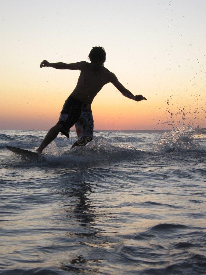 Surfen am Abend lizenzfreie stockbilder