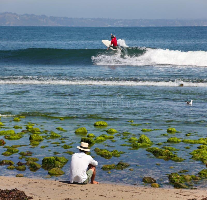 Surfen in den Ozean stockfotografie