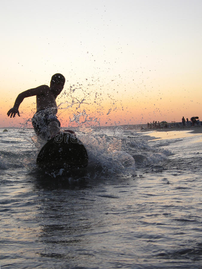 Surfen in den Strand lizenzfreies stockbild