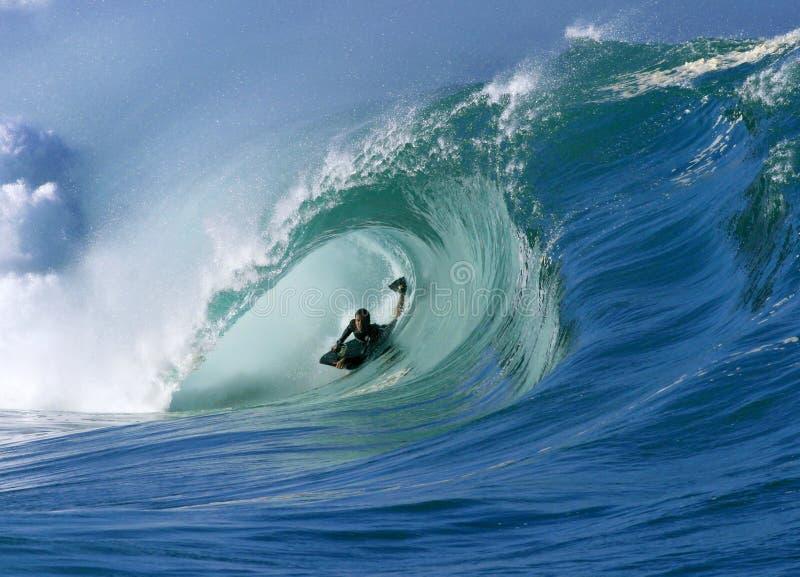 Surfen einer vollkommenen Gefäß-Welle am Waimea Schacht Hawaii lizenzfreie stockfotografie