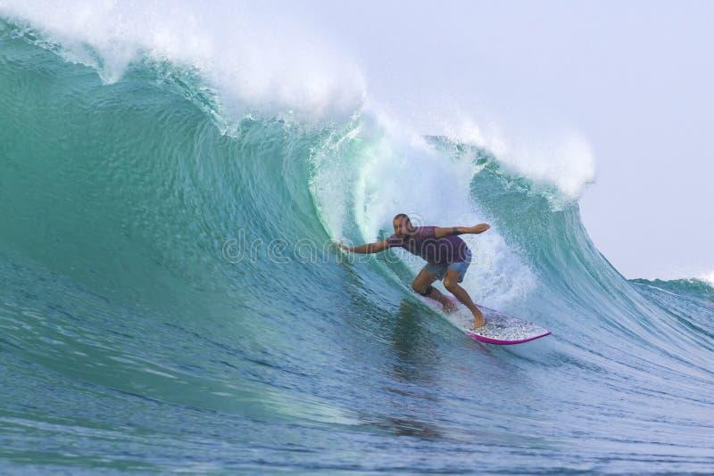 Surfen einer Welle. Bali-Insel. Indonesien. stockfoto