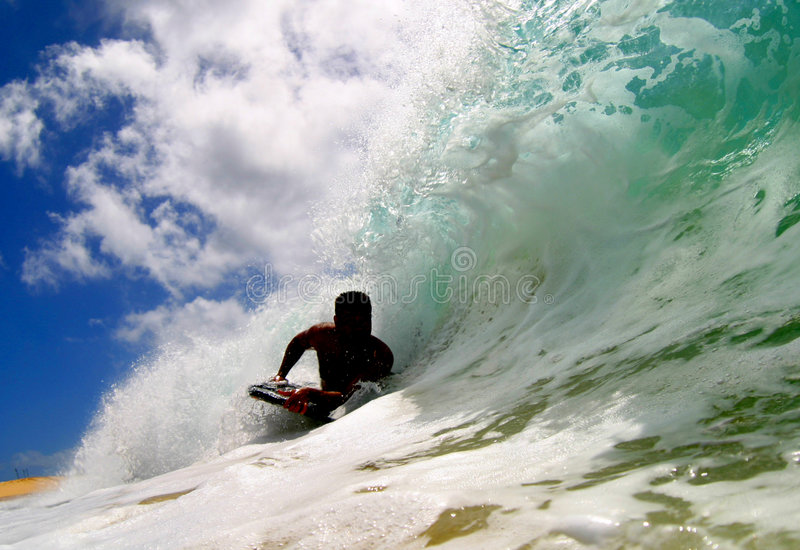 Surfen einer Welle in Hawaii lizenzfreie stockfotos