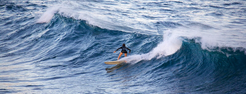 Surfen an Ho ` okipa stockfotos
