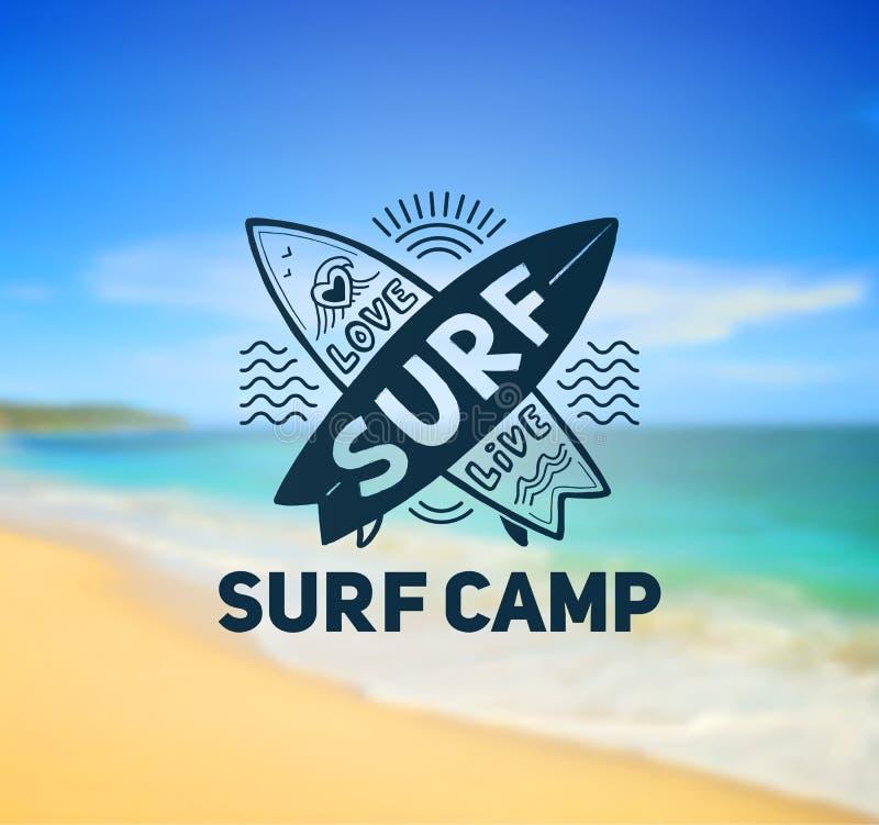 Surfen Sie Lagerlogoschablone auf unscharfem sonnigem Strandhintergrund vektor abbildung